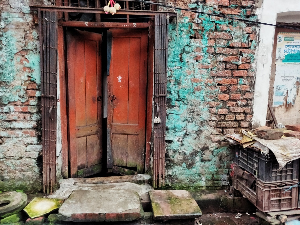 Trabloggers_ kolkata street photography colourful door