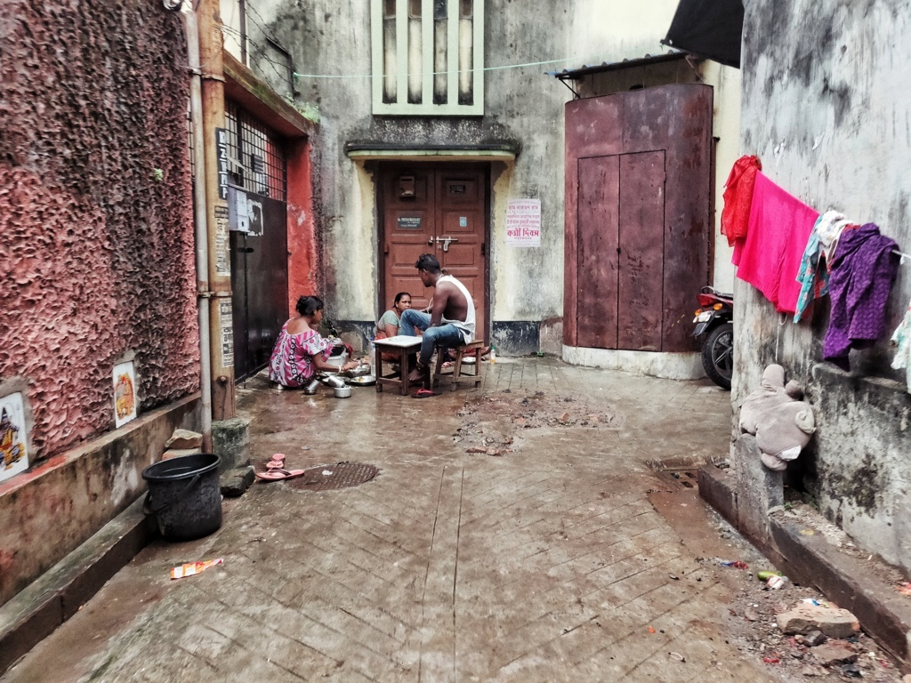 Trabloggers_ kolkata street photography family in street